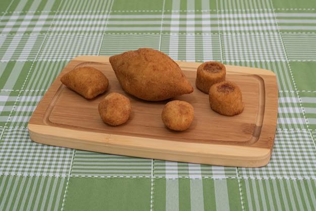 Tisch mit mehreren brasilianischen snacks