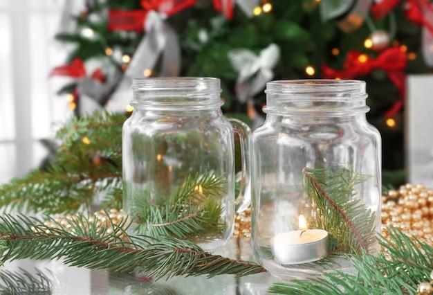 Tisch mit schöner weihnachtsdekoration im wohnzimmer