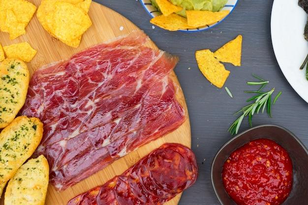 Tisch mit spanischem jamon und chorizo-tapas, picknicktisch