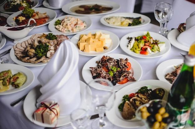 Tisch mit stielgeschirr aus silber und glas im restaurant, bevor eine hochzeit gefeiert wird