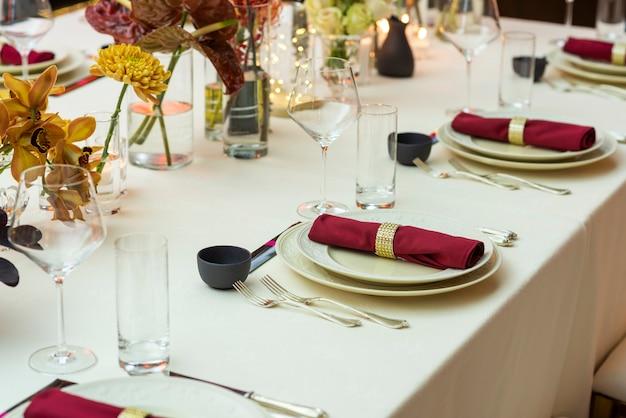 Tisch mit stoffservietten auf tellern im restaurant serviert