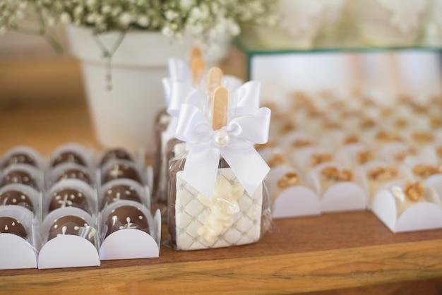 Tisch mit süßigkeiten dekoriert - taufe