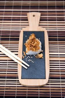 Tisch mit sushi und stäbchen auf bambus