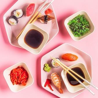 Tisch mit traditionellem japanischem essen