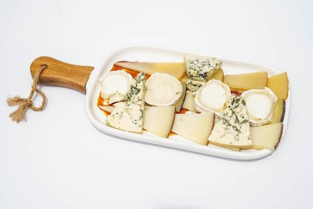 Tisch mit verschiedenen käsesorten nach geschmack