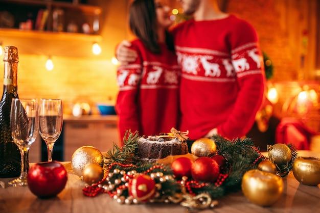 Tisch mit weihnachtsdekoration und festlichem essen, liebespaar. romantische weihnachtsfeier