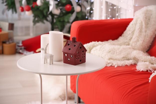 Tisch mit weihnachtsschmuck im gemütlichen raum