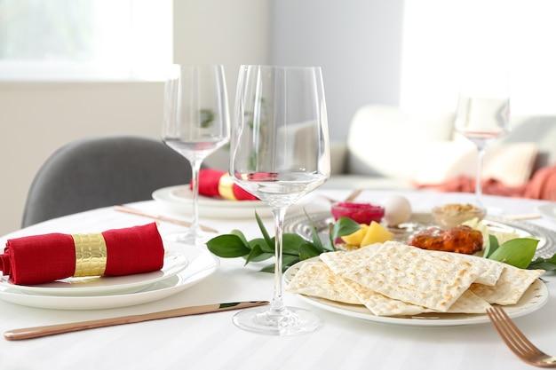Tisch serviert für pessach seder (pesach)