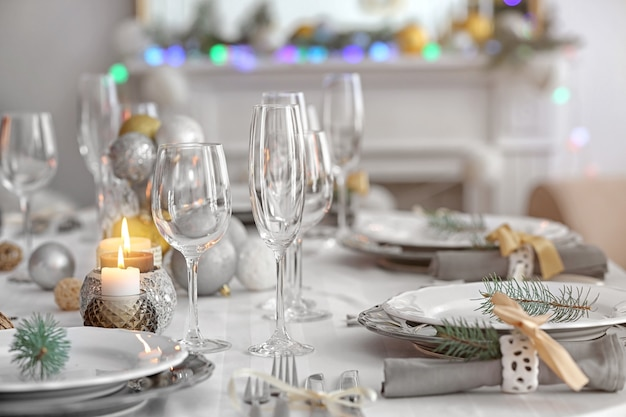 Tisch serviert für weihnachtsessen im wohnzimmer, nahaufnahme