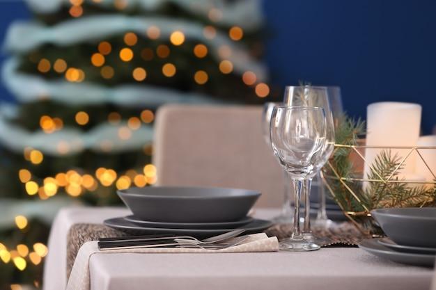 Tisch serviert für weihnachtsessen im wohnzimmer