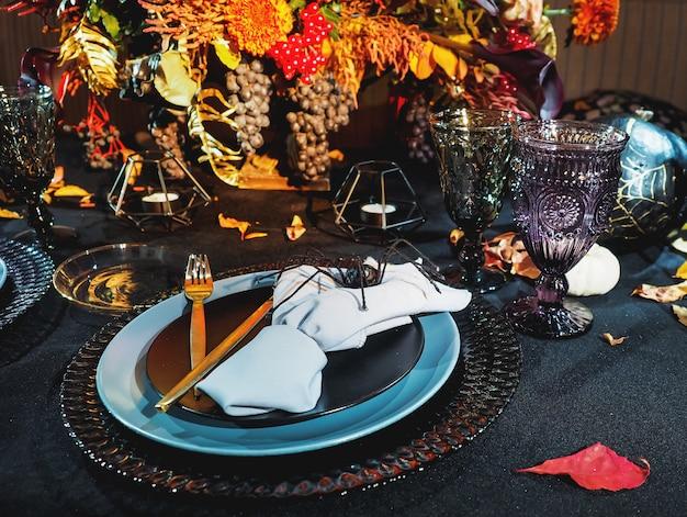 Tisch serviert im halloween-stil