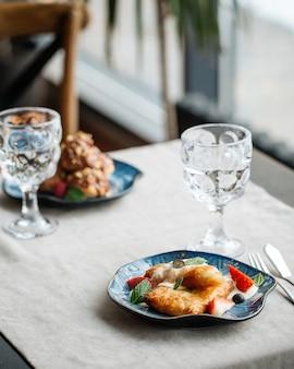 Tisch serviert mit gebäckdesserts und gläsern