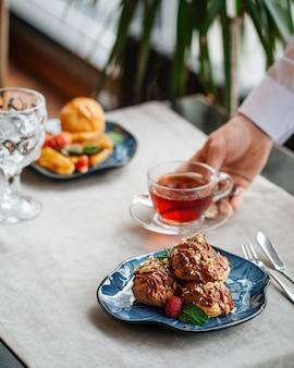 Tisch serviert mit gebäckdesserts und tee