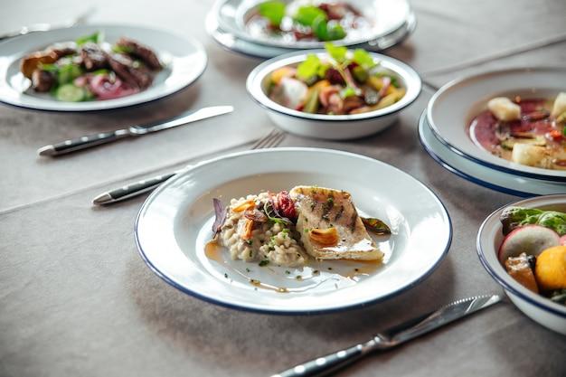 Tisch serviert mit restaurantgerichten hühnchenreis