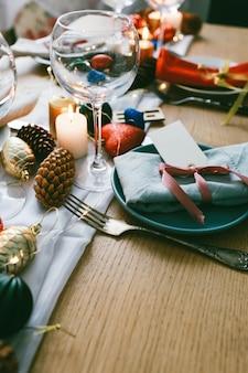 Tisch serviert zum weihnachtsessen im wohnzimmer