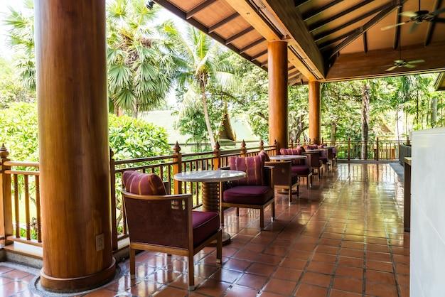 Tisch tisch und stuhl auf dem balkon