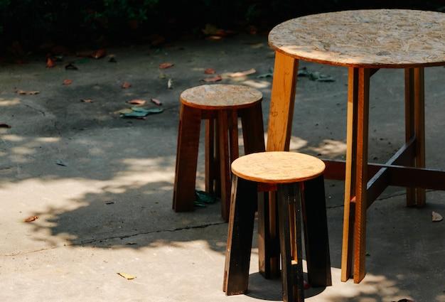 Tisch und stühle am sonnigen tag
