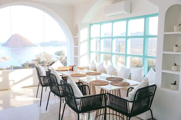 Tisch- und stühleeinstellungen im restaurant im essbereich