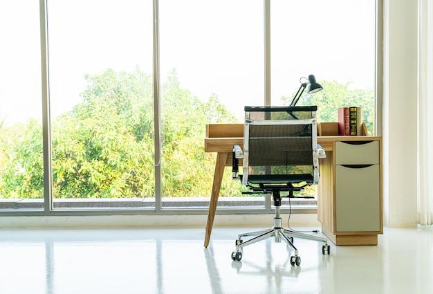 Tisch und stuhl für den arbeitsbereich zu hause