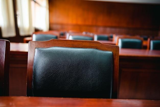 Tisch und stuhl im gerichtssaal der justiz, richter und prozess. versteigerung. recht und gerechtigkeit, legalitätskonzept, richter.