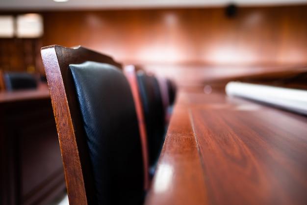 Tisch und stuhl im gerichtssaal der justiz.