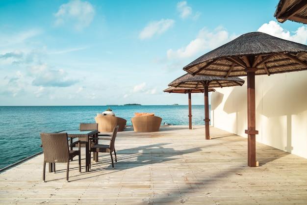 Tisch und stuhl mit blauem ozean