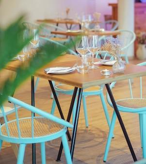 Tisch und vier stühle eines restaurants servierfertig