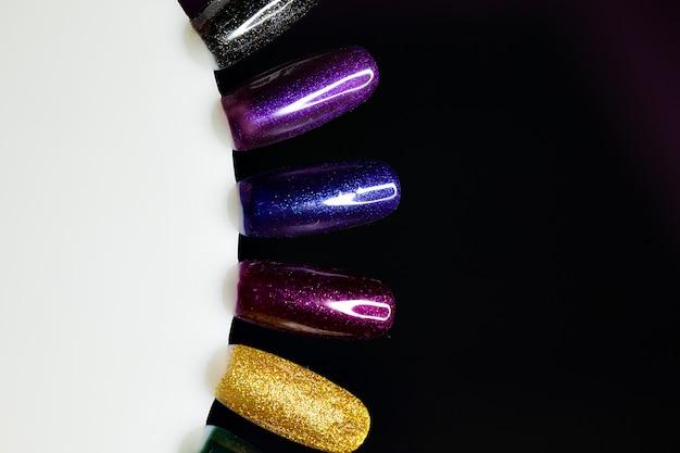 Tisch voller maniküreutensilien, manikürewerkzeuge, nagellackfarben auf palette. nägel kunstzubehör.