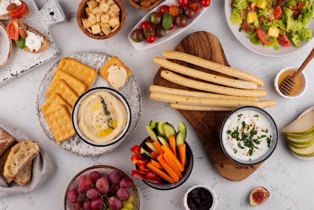 Tisch von oben mit leckerem essenssortiment
