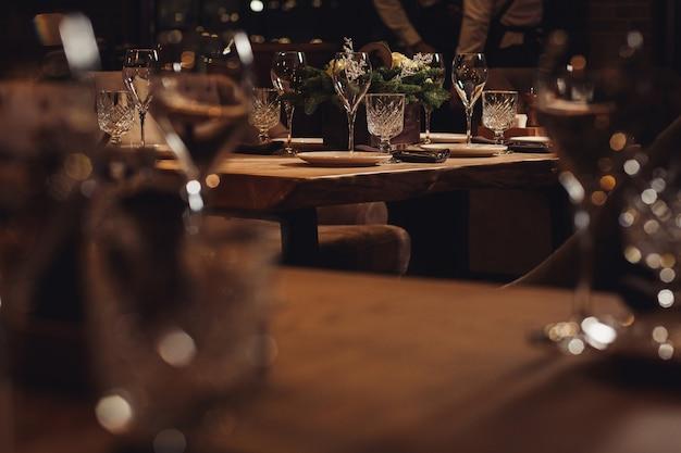 Tisch zum weihnachtsessen serviert