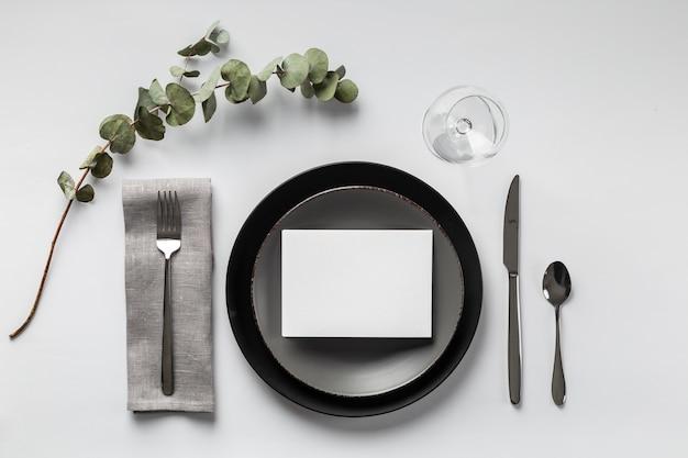 Tischanordnung mit pflanzenansicht
