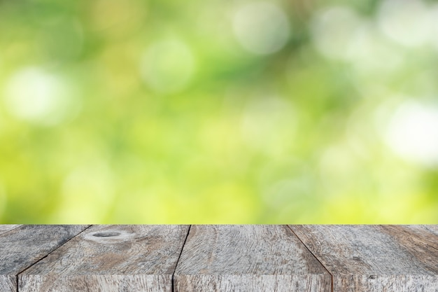 Tischanzeigeprodukt und grünes blattunschärfenlicht
