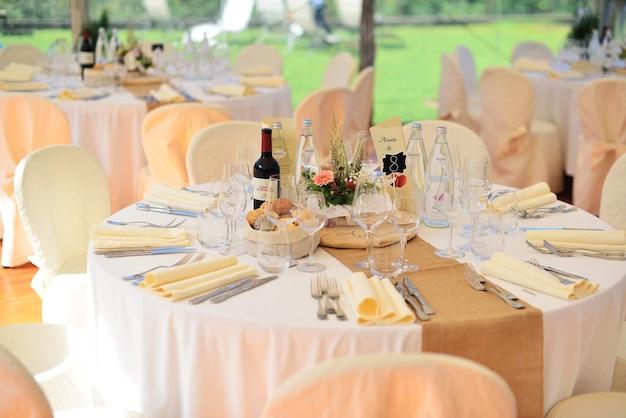 Tischdekoration bei einer luxushochzeit oder einer anderen veranstaltung mit catering. rustikaler hochzeitsstil. hochzeit tischdekoration.