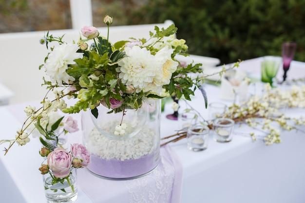 Tischdekoration bei einer luxushochzeit oder einer anderen veranstaltung mit catering