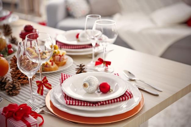 Tischdekoration für das weihnachtsessen zu hause