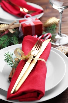 Tischdekoration für das weihnachtsessen