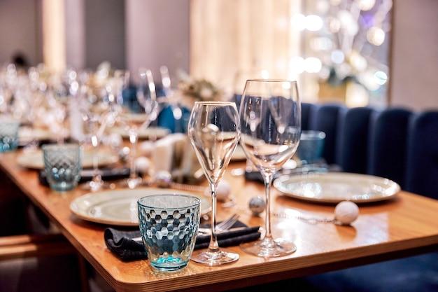 Tischdekoration für ein abendessen mit catering im restaurant
