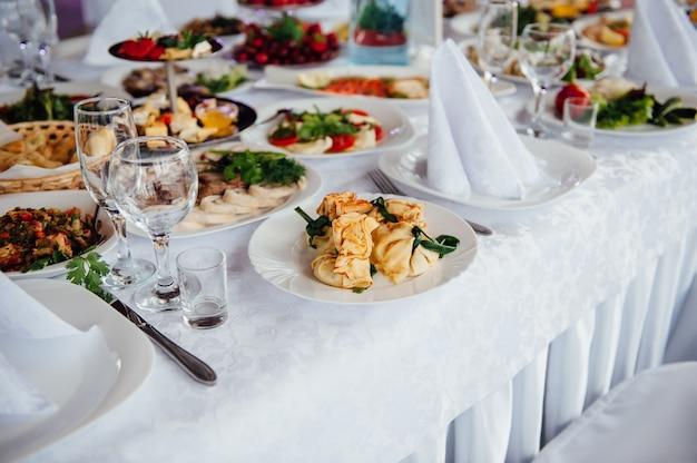 Tischdekoration für eine hochzeit oder eine andere veranstaltung mit catering