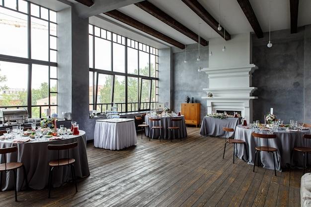 Tischdekoration für feiertage und hochzeitsessen. tisch für urlaubs-, event-, party- oder hochzeitsempfang im restaurant im freien