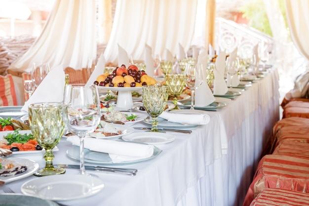 Tischdekoration für feiertage und hochzeitsessen