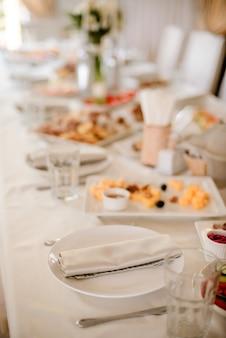 Tischdekoration im restaurant am hochzeitstag. pastelldekorationen, innen