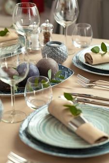 Tischdekoration im restaurant mit stilvoller dekoration