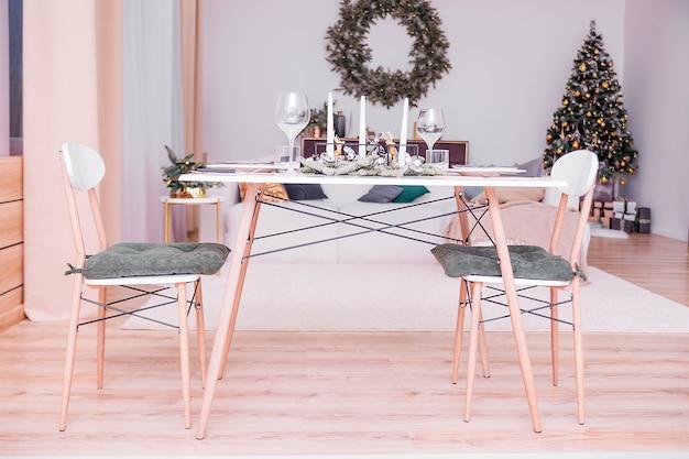 Tischdekoration in einem weihnachtlich dekorierten raum