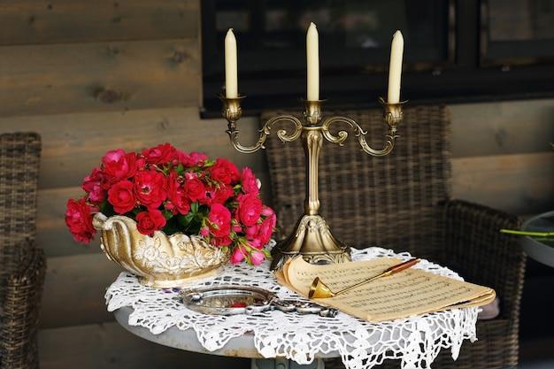 Tischdekoration mit blumen und kerzenhalter, tischdekoration für ein abendessen bei kerzenschein.