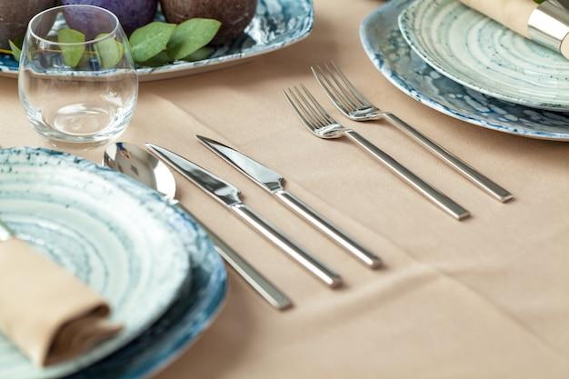 Tischdekoration mit kerzen und pflanzenzweigen