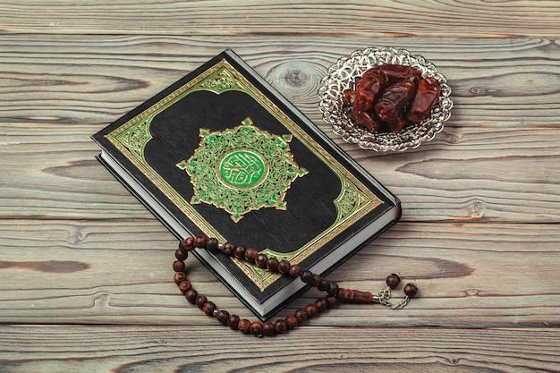 Tischdekoration ramadan kareem dattelfeiertag mit rosenkranz & das heilige buch des korans