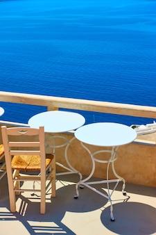 Tische auf einer terrasse im südresort