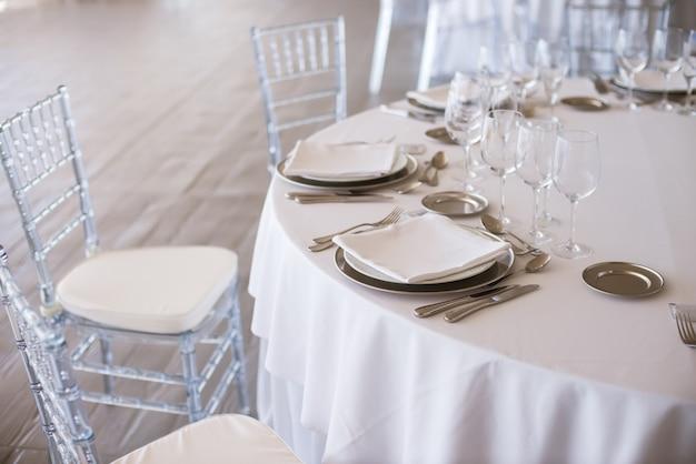 Tische für einen hochzeitstag arrangiert