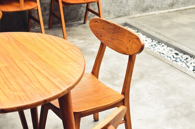 Tische und stühle aus holz, geeignet für cafés