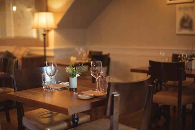 Tische und stühle im leeren café angeordnet